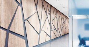 eingewickelte quadratische Kante mit vertiefter Laibung. Schön ausgeführte geometrische Verkleidung in