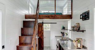 In dem winzigen Haus befinden sich Pappelwände und Vinylböden für eine einfache Wartung. T … #WoodWorking