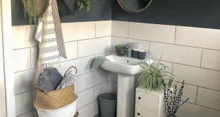 Badezimmer, weiße Fliesen, Anthrazit, Pflanzen, K... - #Anthrazit #Badezimmer #...