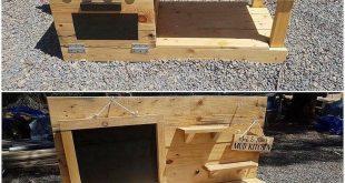 Eine Art kreatives und einfaches Variationsdesign der Paletten-Schlamm-Küche wurde mit der Holzpaletten-Spezialeinschreibung individuell hinzugefügt. Sie können sichtbar sehen, wie die Stapelung der Palettenplanken in einem sauberen und schlanken Finishing-Eindruck zusammengefügt wurde