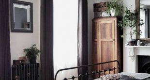 Ich liebe die dunklen Bettlaken und Vorhänge. Die hellen Holzböden ergänzen sie so